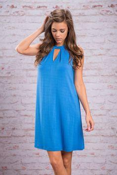 Vestido azul com pequenos decote