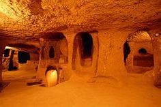 Kapadokya' nın yeraltı şehirleri bölgenin en ilginç kültürel zenginliklerindendir. Oluşum öyküsünün orta ve geç tunç çağına ait kaya kabartmalarının ve yazılı anıtların bölgede sıkça bulunması, ayrıca Hitit şehirlerindeki savunma sisteminde Potern adı verilen yeraltı geçitlerine sıkça rastlanması nedeniyle yeraltı şehirlerinin yapımında ya da genişletilmesinde Hititlerin de katkısı olduğu düşünülür.