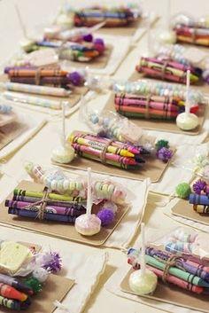 Decoración y Detalle: Bolsita de chuches y ceras de colores. El regalo p...