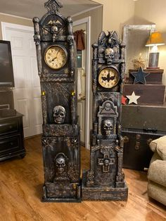 I made these clocks with cardboard boxes and dollar tree items Dollar Tree Halloween Decor, Diy Halloween Decorations, Halloween Themes, Halloween Birthday, Halloween House, Fall Halloween, Creepy Halloween, Outdoor Halloween, Adornos Halloween
