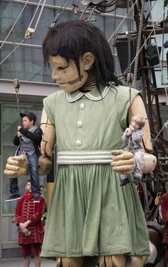 Royal de Luxe - Oh my goodness, there's a little boy sitting on her left wrist and a bigger boy on the right! Scary but fun, I'm sure.