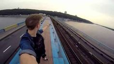 Tenta un selfie sul tetto di un treno e rimane folgorato E fosse la prima volta che accade una cosa del genere, commenterei il tutto come una sciocchezza di gioventù: però NON è la prima volta che ci si scatta dei selfie in condizioni pericolose. Anzi, si  #selfie #folgorato #pericolo