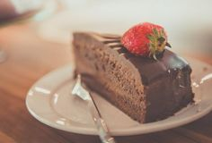 Chocolate cake with chocolate cream and berries are the perfect dessert. The delicious Chocolate Cake with a lovely chocolate bottom. Food Cakes, Vanilla Mayonnaise Cake Recipe, Chocolate Lovers, Chocolate Desserts, Chocolate Chocolate, Chocolate Protein, Delicious Chocolate, Ultimate Chocolate Cake, Chocolate Cream Cheese Frosting