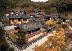 Andong é a cidade coreana conhecida como centro da cultura tradicional coreana. Une beleza natural, festivais incríveis e locais de preservação da cultura.