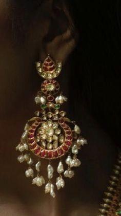 Gold Jhumka Earrings, Jewelry Design Earrings, Gold Earrings Designs, Gold Jewellery Design, Antique Earrings, Gold Temple Jewellery, Gold Jewelry, Indian Wedding Jewelry, Indian Jewelry