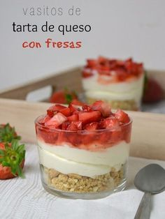Glasses of cheesecake with strawberries - recetas verano - Postres Köstliche Desserts, Delicious Desserts, Dessert Recipes, Yummy Food, Mini Cheesecakes, Cakes And More, Dessert Table, Sweet Recipes, Food And Drink