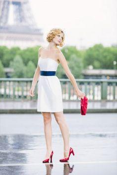 noni 2014 madita, brautkleid mit minirock, asymmetrischen falten und taschen, breiter dunkelblauer guertel und herzausschnitt, schuhe und tasche fuer die braut in kontrastfarben (www.noni-mode.de - Foto: Le Hai Linh)