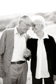 These 27 Old Couples Will Remind You What Love Is All About Sweet Old Couples Old Couple In Love, Old Love, Couples In Love, Cute Old Couples, Old People Love, Sweet Couples, Happy Couples, Happy People, Old Couple Photography