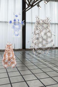 Dienke Dekker studeerde cum laude af aan de Design Academy in Eindhoven in 2012. Inmiddels werkt zij als ontwerpster vanuit haar atelier in Rotterdam. Dienke experimenteert graag met verschillende materialen en technieken. Vaak werkt Dienke met textiel, maar voor dit project werkte zij met papier, gouache, pen en een acryl marker.