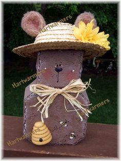 Beatrice Bear Brick Yard, Brick Pavers, Patio Stone, Brick Crafts, Wood Crafts, Diy Crafts, Painted Pavers, Painted Rocks, Country Crafts