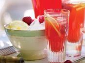 Limonadă roz de casă Ingrediente 8 lămâi, plus felii extra pentru servit 200g de zahăr, plus extra după gust 140g de zmeură, plus extra pentru servit cuburi de gheaţă, pentru servit