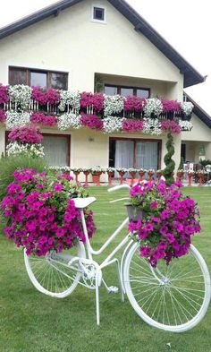 Cool 35 Relaxing Diy Bicycle Planters Design Ideas With Vintage Vibe To Try Asap Garden Yard Ideas, Garden Crafts, Diy Garden Decor, Garden Projects, Garden Art, Garden Design, Garden Totems, Glass Garden, Beautiful Gardens
