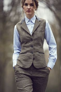 Can A Girl Get A Waistcoat, Please? Can a girl get a waistcoat, please? Not enough of these around tweed waistcoat woman - Woman Waistcoats Dandy Look, Dandy Style, Tomboy Fashion, Fashion Outfits, Woman Outfits, Gilet Costume, Tweed Waistcoat, Tweed Suits, Suits For Women