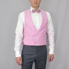 Chaleco cruzado con cruce bajo y solapa de pico, 4 botones en color rosa. Tejido de alta calidad 100% lana fria de scabal. #moda #hombre #caballero #gentlemen #diseño #bespoke #coleccion #trajes #sastrería #granada #madeinspain #artesanal #hechoamano #handmade #chaleco www.lacolonial.eu