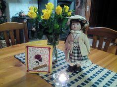 Siellähän Hulda Alma Amalia on uudessa kodissa ruusujen kera! Liinakin on viimeisen päälle asun kanssa samaa sävyä. Huldalle kävi hyvin!!