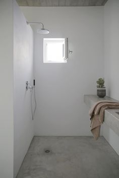 Mediterranean walk-in shower. In the vacation house Maison Kamari in Paros, designed by React Architects. Photographed by Damien De Medeiros. Concrete Shower, Concrete Bathroom, Concrete Floors, Concrete Ceiling, Concrete Cement, Concrete Counter, Stained Concrete, Bathroom Rugs, Stained Glass