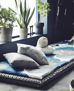 Create a cosy relaxation area on the floor with layers of mattress pads where you can study, read, do some yoga or enjoy an afternoon nap.