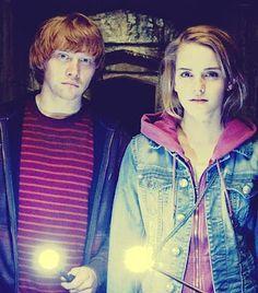 Emma Watson as Hermione Granger & Rupert Grint as Ron Weasley. Harry Potter World, Mundo Harry Potter, Harry Potter Cast, Harry Potter Movies, Hermione Granger, Ron Et Hermione, Draco Malfoy, Alex Watson, Lucy Watson