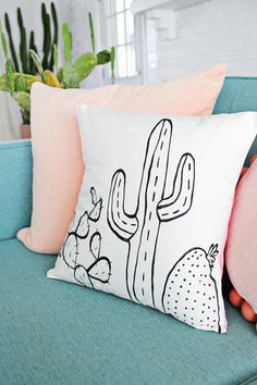 DIY Grafisch sierkussen met zwart-wit cactus print. // via A Beautiful Mess
