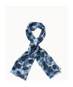 Modischer Schal aus einer dünnen Wollqualität mit detailliert ausgearbeitetem Druck. Durch die offene Struktur ergibt sich ein leichter Charakter. Mit 1,5 cm langen Fransen entlang der Enden. Aus 100% Wolle gefertigt....