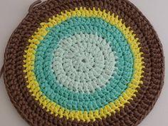 Tutoriel pour un tapis rond crocheté en brides... Bride Crochet, Crochet Diy, Parfait, Crochet Patterns, Rugs, Simple, Blog, Sport, Decoration