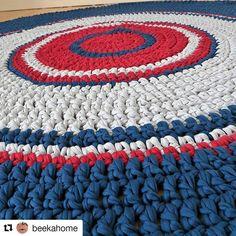 Dia de muitas inspirações encantadoras.. adoooooro um tapetão!! Esse aqui foi feito pela @beekahome! 😍😍 Nosso site esta recheado de cores lindas.. e combinações sem fim!! Site: www.pontosemnooh.com.br #pontosemnooh #artesanato #ficaadica #fiodemalha #fioecologico #fioreciclado #trapilho #trapillo #fiodemalhaecologico #croche #crochet #crocheting #ganchillo #crochetaddict #crochetlove #crochetgeek #inspiração #inspiracroche #instacroche #tapete #tapetedecroche #tapetedefiodemalha…
