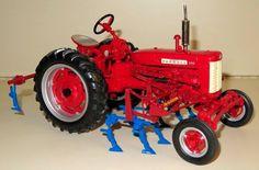 1/16 FARMALL 200 W/Cultivators