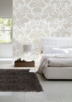 I am in love with damask wallpaper :-) Metallic Wallpaper, Damask Wallpaper, Furniture Placement, Home Improvement Projects, Decoration, House Colors, Color Schemes, Picture Frames, Bedroom Ideas