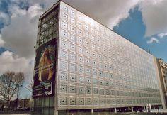 Institut du Monde Arabe - Paris 5e. Jean Nouvel, 1981-1987.   De zuidzijde van het bouwwerk is bekleed met stalen diafragma's die automatisch openen en sluiten, naargelang de sterkte van het invallende licht. Deze diafragma's herinneren ook aan arabesken en geometrische vlakverdelingen uit de Islamitische kunst.