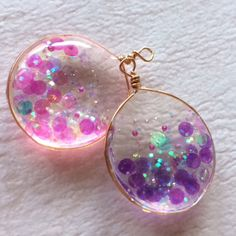 Confetti in resin Gems Jewelry, Resin Jewelry, Charm Jewelry, Diy Jewelry, Beaded Jewelry, Jewelery, Handmade Accessories, Jewelry Accessories, Kawaii Jewelry