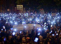 匈牙利 Hungary 国家经济部大楼外,数千名抗议者高举手机反对政府征收「互联网税」Internet tax,布达佩斯 Budapest。匈牙利政府10月21日公布最新「互联网税」草案,计划对每GB互联网流量征收0.49欧元税款,此举遭到匈牙利各界的普遍抗议。摄影师:Laszlo Beliczay