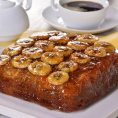 Surprise everyone with this easy and delicious recipe of banana flipped cake, with a delicious aroma of cinnamon and honey, let yourself be seduced with all the flavor of banana. Donut Recipes, Banana Bread Recipes, Baking Recipes, Healthy Fast Food Breakfast, Delicious Desserts, Yummy Food, Plum Cake, Vegan Baking, Desert Recipes