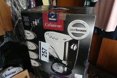 Kaffeemaschine Tchibo CAFISSIMO - Verlassenschaft und Wohnungseinrichtung - Karner & Dechow - Auktionen Keurig, Coffee Maker, Kitchen Appliances, Apartment Ideas, Auction, Household, Random Stuff, Diy Kitchen Appliances, Home Appliances