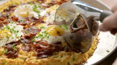 Breakfast Pizza is the weekend recipe you deserve: ​​Hash brown crust + bacon + eggs = breakfast of champs! Breakfast Pizza, Breakfast Dishes, Breakfast Time, Breakfast Recipes, Breakfast Casserole, Tasty Videos, Food Videos, Brunch, Fingerfood Party