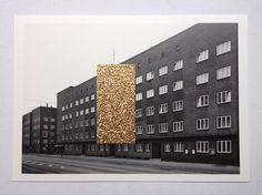 Borans goldene Wand by Kenny Runners Die goldene Wand von Boran Burchhardt auf einer Postkarte mit einem Foto von Thomas Struth von 1986.http://www.zeit.de/2017/10/boran-burchhardt-veddel-kunst-fassade-vergoldetEdition: 10(Nr. 1 ist bereits verkauft)handsigniert