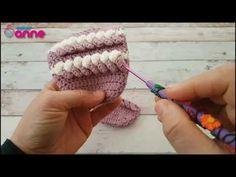 Tığ işi örgülü bayan patik yapımı oldukça şık ve güzel olan yapılışı resimli ve video anlatımlı olarak sizlerin beğenisinde olmaktadır. Crochet Braid Pattern, Crochet Slipper Pattern, Crochet Slippers, Crochet Braids, Crochet Yarn, Traje Casual, Knitting Patterns, Crochet Patterns, Moda Emo