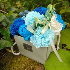 Bouquet en fleurs de savon bleu  18,50 €  www.Labagatelle.net