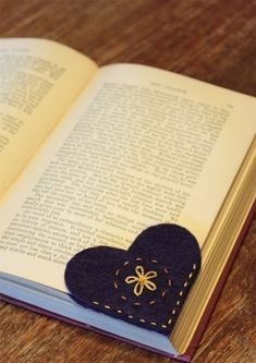 Sewing with Kids — Felt Heart Bookmark (VIDEO) projets de couture facile pour les enfants Cute Crafts, Crafts To Make, Creative Crafts, Simple Crafts, Fall Crafts, Kids Crafts, Easy Felt Crafts, Kids Diy, Creative Decor
