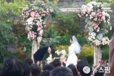 Song Joong-ki and Song Hye-kyo got married at the Shilla hotel in Seoul on the Song Hye Kyo Married, Popular Korean Drama, Wedding Ceremony Pictures, Wedding Ideas, Korean Entertainment News, Japanese Drama, Song Joong Ki, Got Married, Memes