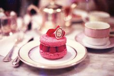 Macaron with raspberries - Laduree Lenotre, French Macaroons, Cupcakes, Let Them Eat Cake, Afternoon Tea, Love Food, Sweet Tooth, Sweet Treats, Yummy Food