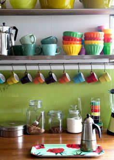 Keltainen talo rannalla: Väriä ja ideoita Love the bright colors and shelves. Big Kitchen, Updated Kitchen, Home Decor Kitchen, Vintage Kitchen, Home Kitchens, Kitchen Dining, Dining Room, Beautiful Kitchens, Beautiful Homes