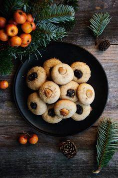Voici tout droit sortis du four de bons biscuits sablés à la noisette pour le plus simple bonheur de les offrir. Je vous souhaite à toutes et tous de très bonnes fêtes de fin d'année et un délicieux Noël remplie de douceur. Biscuits sablés à la noisette...