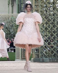 Its a a peaceful garden setting for a Chanel couture show steeped in inspirations from nature from floral embroidery to rows of rhinestone vegetation. We'll be looking out for a promised 'new attitude' in the collection defined by Karl Lagerfeld with silk lace and organza in pastels and pinks as well as the iconic tweed jacket that is set to evolve into a more technical kimono. @chanelofficial @kaiagerber. Photographed by @andreeamacri #chanel #couture #kaiagerber via VOGUE PARIS MAGAZINE…