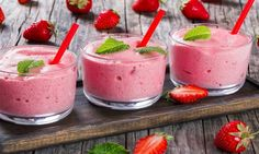 Strawberry Banana Smoothies Cups with straws and mint leaves Jell O, Smoothie Cup, Smoothie Recipes, Antipasto, Jello With Fruit, Dessert Mousse, Strawberry Banana Smoothie, Banana Smoothies, Healthy Smoothies