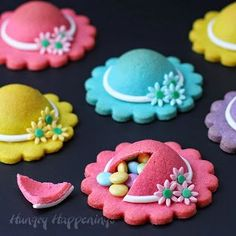 Brightly colored cookies shaped like ladies hats are decorated with modeling chocolate daisies and are filled with pastel colored M&M candies. These cute desserts are fun to serve on Mother's Day, at a tea party, or a Kentucky Derby party. Pinata Cookies, Mother's Day Cookies, Lemon Cookies, Making Cookies, Crazy Cookies, Easter Cookies, Cookie Arrangements, Colored Cookies, Sweet Bourbon