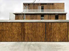 Fachada Revestida com Bambú. Arquiteto: Atelier Sacha Cotture. Fotógrafo: Luca Tettoni.