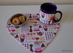 Mug Rug Coração para incrementar seu café da tarde!    Esta peça foi produzida em tecidos de algodão e estruturada com manta acrílica.  Acompanha o protetor de caneca.    Podemos produzir nas cores que mais lhe agradar.  Consulte-nos!