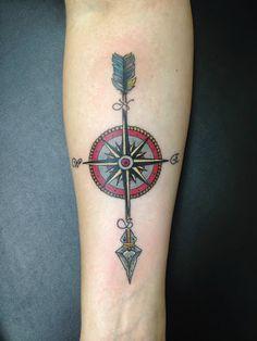 Idée de tatouage flèche avec une boussole en couleur https://tattoo.egrafla.fr/2016/02/15/modele-tatouage-fleche/