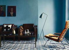 Salon z wzorzystą posadzką z kafli