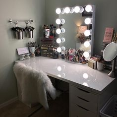 I've been spotting some fantastic DIY vanity mirror recently. Here are 17 ideas of DIY vanity mirror to beautify your room Makeup Vanity With Drawers, Diy Vanity Mirror, Makeup Table Vanity, Vanity Room, Bedroom Vanities, Makeup Tables, Mirror Bedroom, Bedroom With Vanity, Makeup Table Ikea